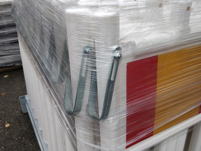 Muovinen työmaa-aita kuljetustelineessä muovijalkoineen